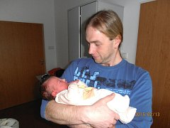 Šťastným dnem je pátek 13. února 2015 pro Petru a Vladimíra Horákovi z Kublova, kterým se ve 3.57 hodin narodila dcerka Kateřina s mírami 3,88 kg a 51 cm. Z Kačenky se raduje sestřička Anička, která se nemohla narození miminka dočkat. Foto: Rodina