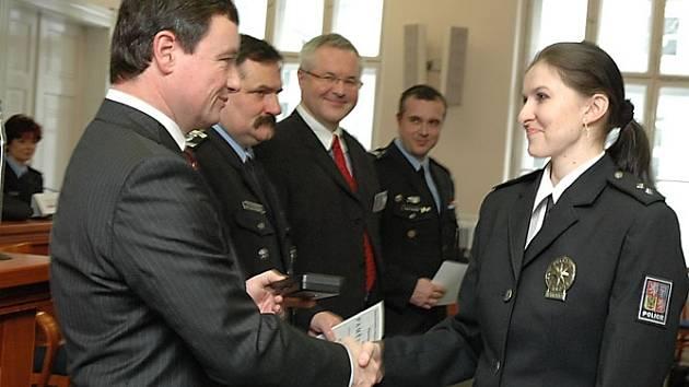 Noví policisté skládali slib na středočeském úřadě.