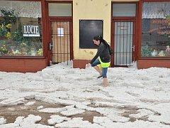 Kroupy a zatopené ulice na Hořovicku