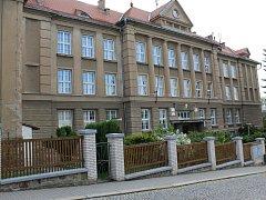 V budově v Jiráskově ulici sídlí kromě 2. základní školy také gymnázium Václava Hraběte.