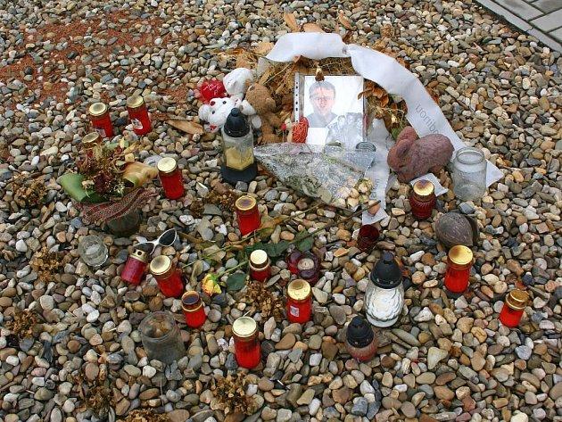 Nehodu, která se stala v polovině července, dodnes připomíná pomníček vytvořený Tomášovou rodinou a kamarády.