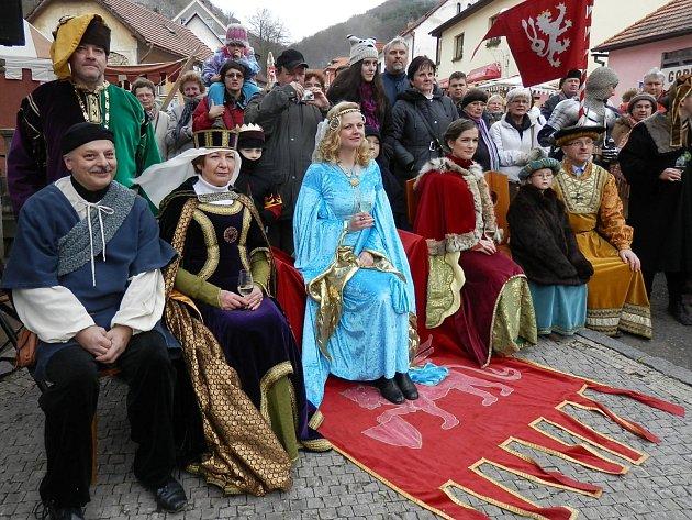 Návštěvníci karlštejnského adventu vzdají hold královně Elišce.