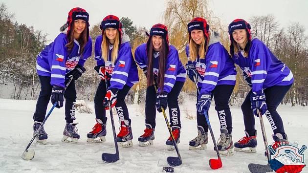 Berounské lvice začínají v Kanadě MS v rybníkovém hokeji.