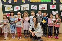 Žáci první třídy ze ZŠ Hudlice s třídní učitelkou Lucií Šrámkovou.