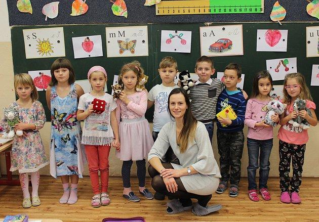 Žáci první třídy ze ZŠ Hudlice střídní učitelkou Lucií Šrámkovou.