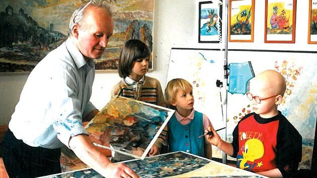 Jiří Vydra maluje s dětmi v pražském Motole