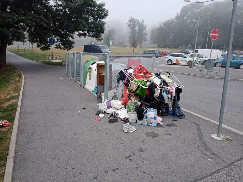 Vyhozené osobní věci na Václavském náměstí v Berouně.