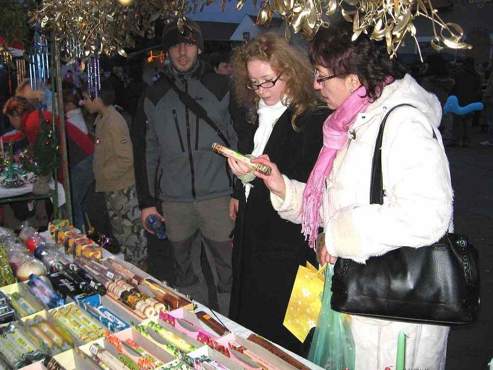 Návštěvníky zaujala pestrá nabídka zboží, ale také ohnivá show a ohňostroj