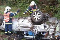 Profesionální hasiči zachraňovali řidiče a bezdomovce