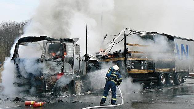 Na dálnici D5 hořel kamion