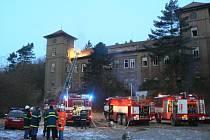 K hořícímu zámku se sjelo několik hasičských jednotek