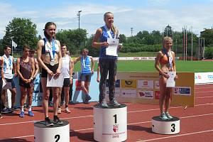 Berounská atletka pobrala medaile a zapózovala i s kolegyní Johankou Šafránkovou.