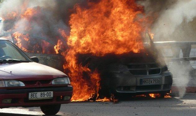 Hořící auto v Králově Dvoře vyděsilo řidiče