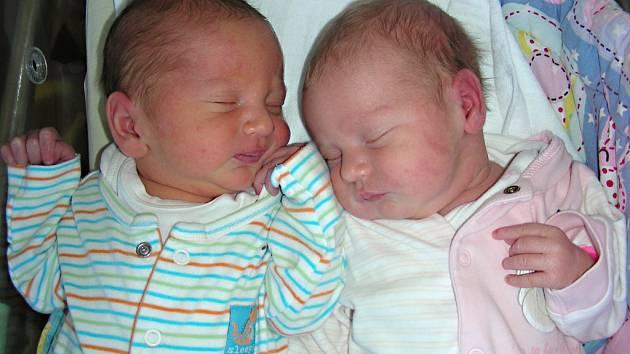 DVOJNÁSOBNOU radost mají Šárka a Jakub Jánských z Dobříše, kterým se 3. května 2018 narodila dvojčátka, Klára a Jakub. Klárka vážila pěkných 3,20 kg a Kubíček se mohl pochlubit váhou 3,40 kg. Z miminek se radují sestřičky Verunka (8) a Lucinka (6).