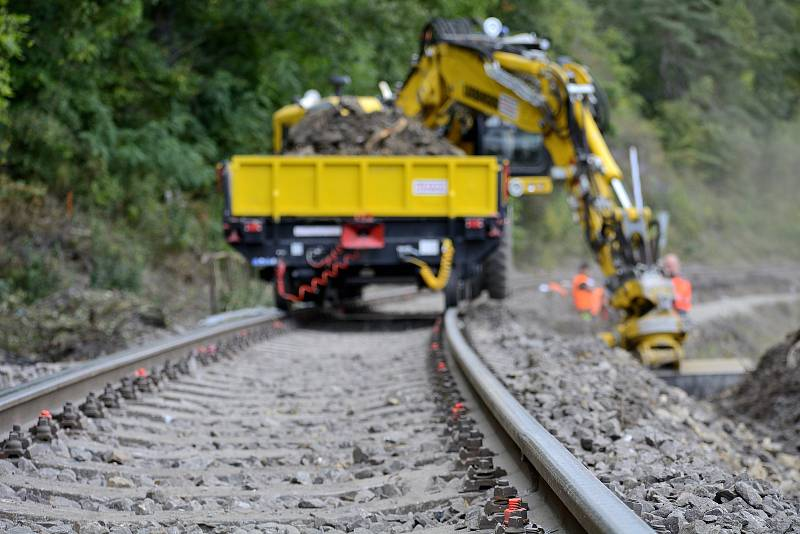 Výluka na železniční trati mezi Hýskovem a Berounem.