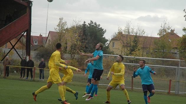Loděničtí hráči (ve žlutém) vyhráli i přes dvojnásobné oslabení.
