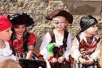 Z pirátského dětského dne na zahradě Mateřské školy na Preislerově náměstí v Králově Dvoře.