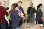Kluci a děvčata se učili plést pomlázku a zdobili velikonoční perníčky.