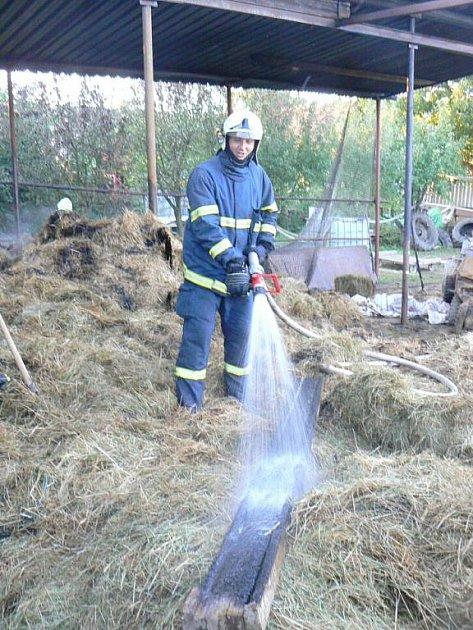 Požár seníku se hasičům podařilo lokalizovat během půl hodiny