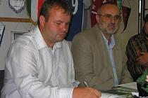 Předseda SK Hořovice Jan Bežó (vlevo) a generální manažer FC Bzová Václav Míšek (vpravo) na tiskové konferenci oficiálně představili projekt FK Hořovicko, do kterého se oba kluby sloučí.