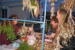 V bohaté nabídce zboží byly i svíčky a pestré vánoční ozdoby