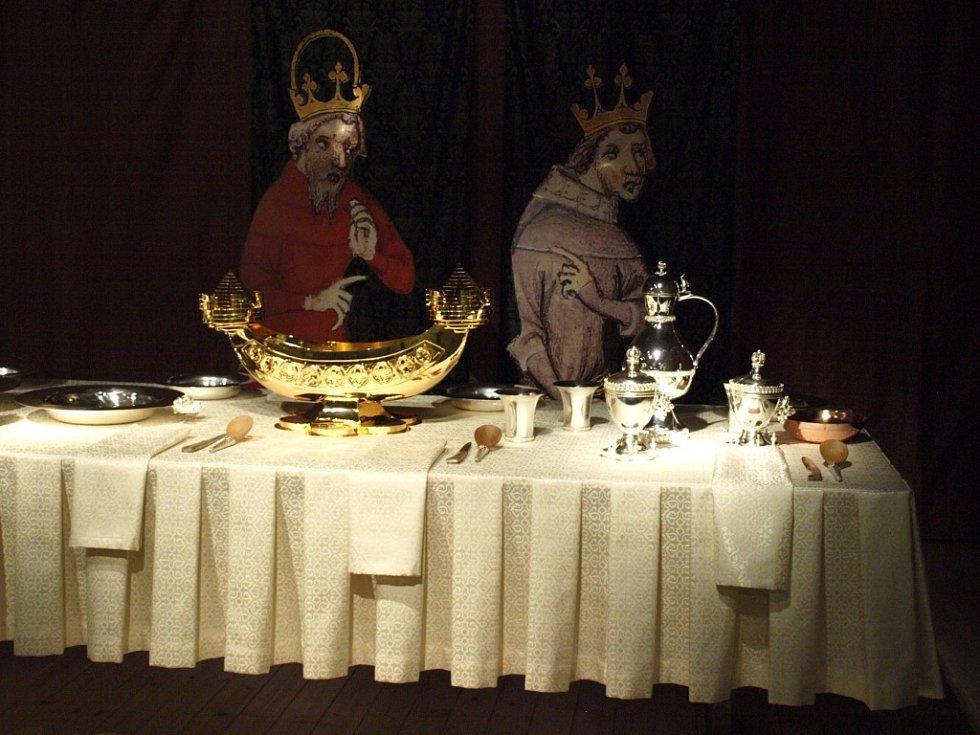 Z prohlídky interiérů hradu Karlštejn. Zájemci uvidí také vystavený unikátní Karlštejnský poklad a kulturu císařského dvora. Výstava skončí v úterý 31. října 2017.