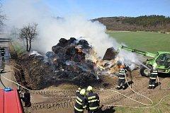 Berounští i hořovičtí profesionální hasiči v neděli dopoledne zasahovali u rozsáhlého požáru stohu kulatých balíků slámy u zemědělské usedlosti mezi Zdicemi a Knižkovicemi.