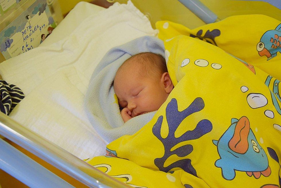 Petr Hrůnek se rodičům Elišce Horové a Petru Hrůnkovi narodil v benešovské nemocnici 8. června v 9.49 hodin, vážil 3370 gramů. Doma v Kostelci nad Černými lesy na něj čekali sourozenci Natálka (2) a Davídek (8).
