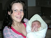 MAMINKA Kateřina chová v náručí své první miminko, syna Petra Šmitáka, kterého přivedla na svět 31. března 2017. Petřík v ten den vážil pěkných 4,03 kg a měřil 51 cm. Tatínek Petr si maminku a synka odveze z porodnice domů do Rudné.