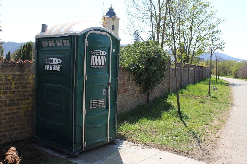 Mobilní toaleta v lanovém centru v králodvorských Počaplech.