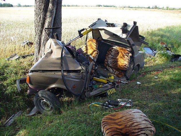 Při dopravní nehodě v Rudné vyprošťovali profesionální hasiči zraněného mladíka téměř hodinu. Ze škodovky zbyl po jejich zásahu jen nevzhledný vrak.