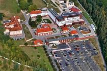 Areál Rehabilitační nemocnice Beroun s parkovištěm.