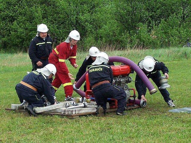 Sobotní okrsková soutěž sborů dobrovolných hasičů v Suchomastech se vydařila i přes rozmary počasí.