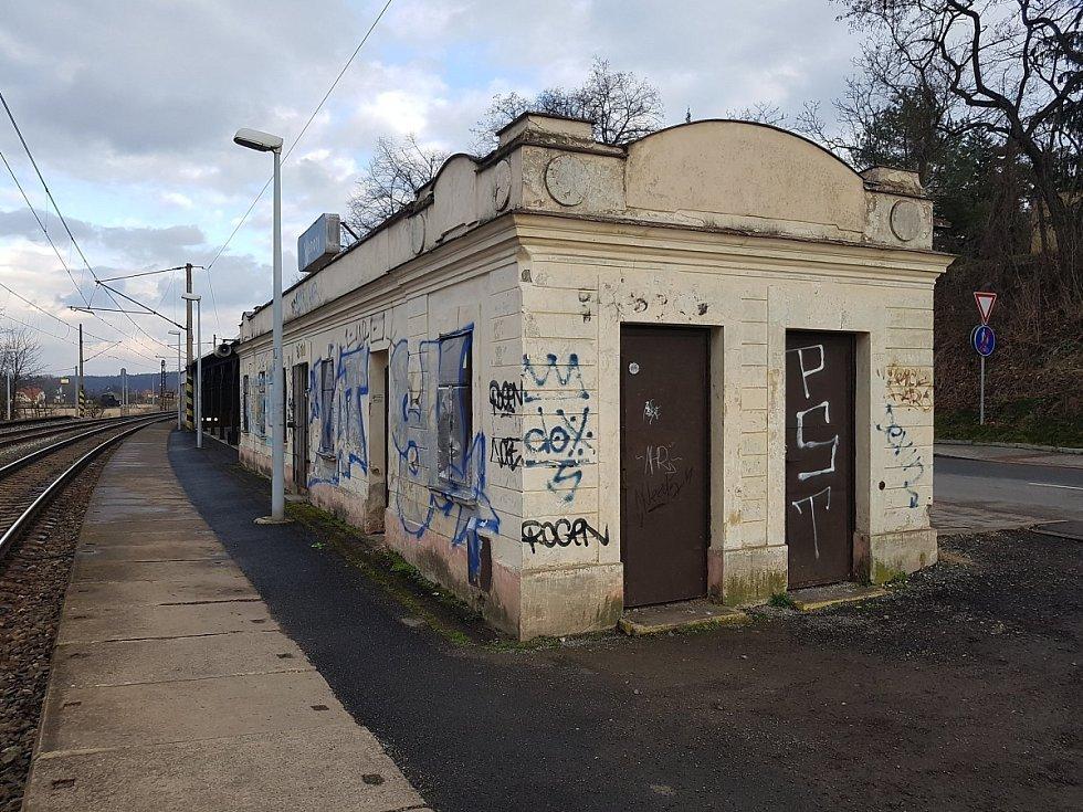 Vlaková zastávka ve Všenorech.