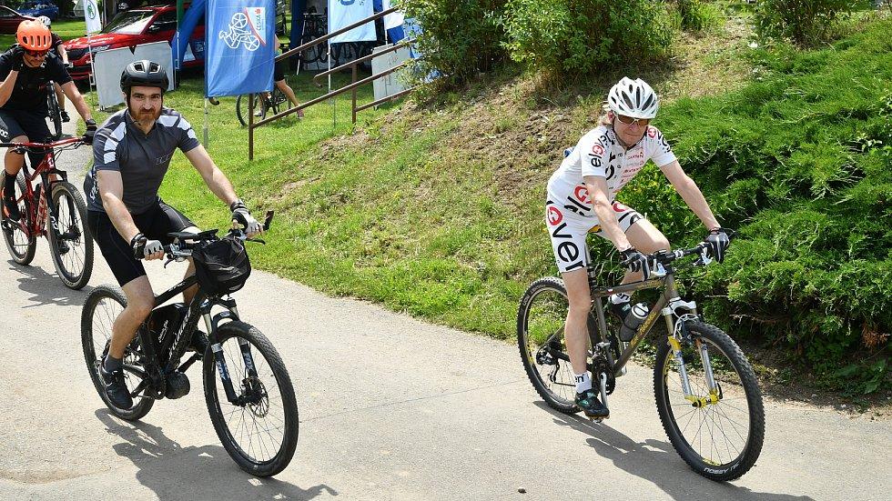 Cyklisté při víkendové akci pro celou rodinu Kolo pro život.