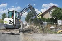 Výstavba chodníku v Levíně.