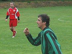 Praskoleský Tomáš Indra (v červeném) se zaskvěl proti Újezdu.