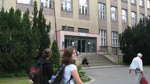 Žena byla znásilněná za obchodní akademií