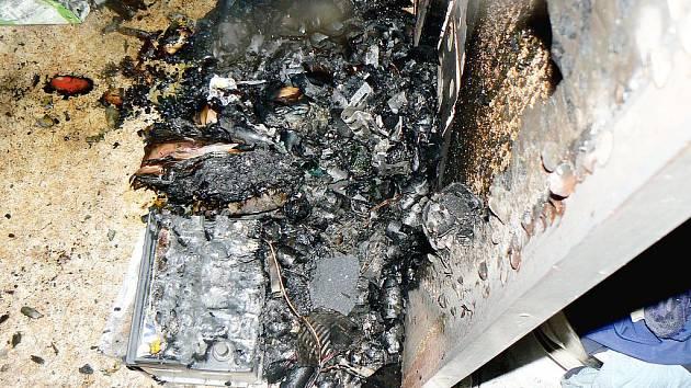 Byt chytl od hořící autobaterie v nabíječce