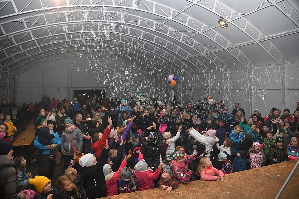 Bublinová show jako součást doprovodného programu v rámci lampionového průvodu v Králově Dvoře.