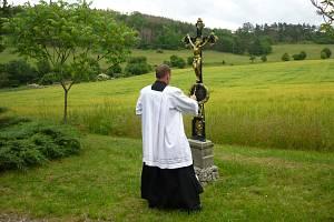 Svědky slavnostního aktu požehnání nedávno obnoveného Nejtkova kříže byli místní i přespolní návštěvníci.