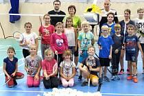 Hořovičtí badmintonisté si užívají luxusu nově zrekonstruované haly. Pózují i s trenéry Petrem Koukalem starším (za strojem) a Ivanou Herrmannovou (v zeleném).