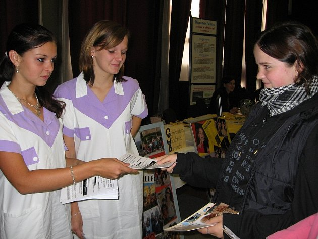 Studenti středních škol lákali žáky zajímavými prezentacemi