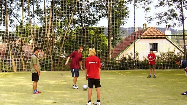 """SPOR O HŘIŠTĚ. Kluky, kteří na hřiště """"Na Vorlu"""" chodí hrát fotbal, spory s obyvateli mrzí. Doplácejí totiž na nevychovanost druhých."""