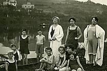 Odpočinek u Berounky - třicátá léta minulého století.