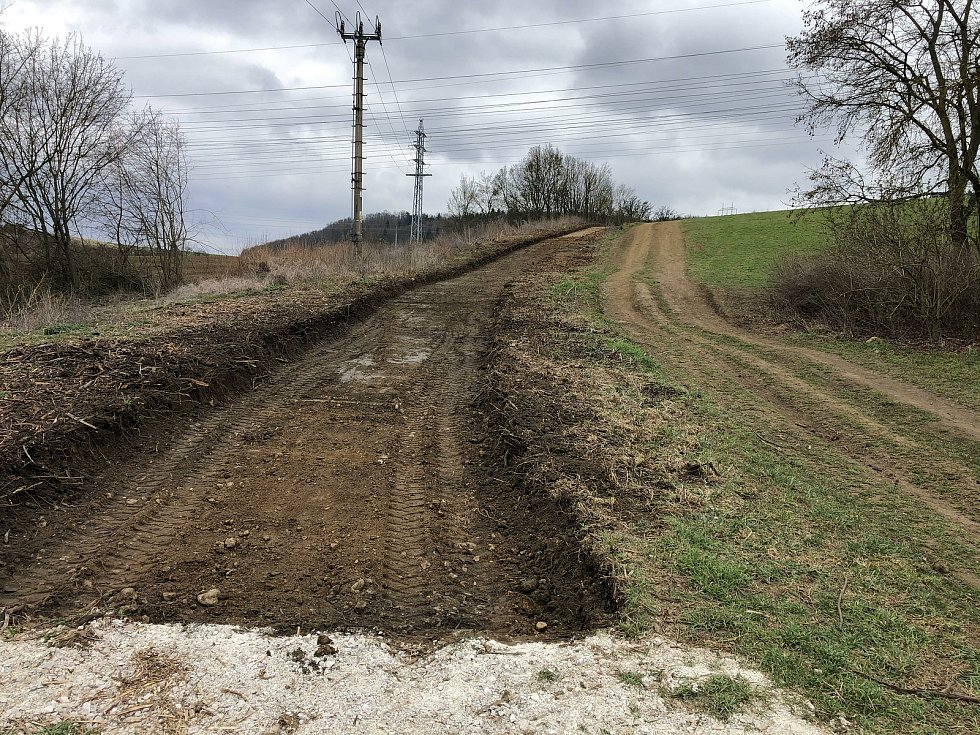 Práce na novém povrchu zpevněné části nad Zavadilkou probíhaly na jaře.