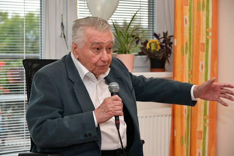 Z oslavy desátého výročí otevření Domova pro seniory Tomáše Garrigue Masaryka v Berouně. Na snímku zpěvák Josef Zíma.