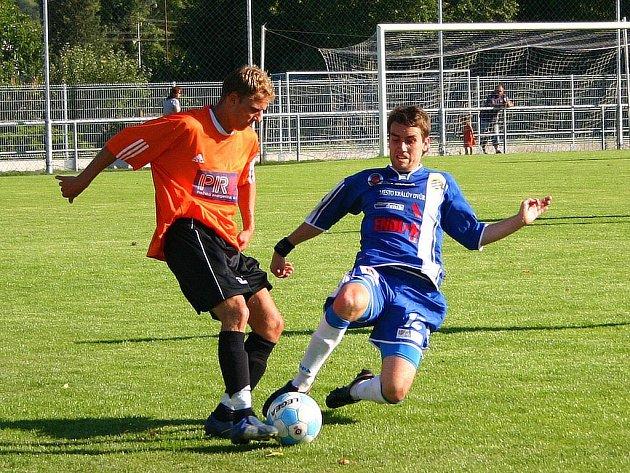 Králodvorský obránce Milan Petr (vpravo) si v nedělním utkání nejen dobře plnil obranné úkoly, ale v 52. minutě také přesnou přihrávkou vybídl Romana Fulína ke skórování, čehož domácí útočník využil.