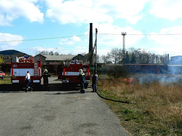 Berounští profesionální hasiči už letos zasahovali u více než šedesáti požárů lesního porostu a hrabanky.