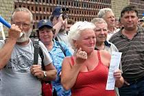 Demonstrace zaměstnanců Intos Žebrák
